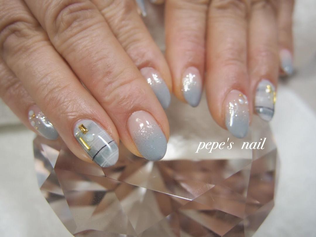 pepe's nailさんのネイルデザインの写真。テーマは『pepesnail、nail、nailart、nailstagram、gelnail、nails、paragel、pregel、handnail、ネイル、ネイルアート、ハンドネイル、冬ネイル、チェック柄、グレンチェック、グレンチェックネイル、スワロフスキー、パール、自宅ネイル、大分市』