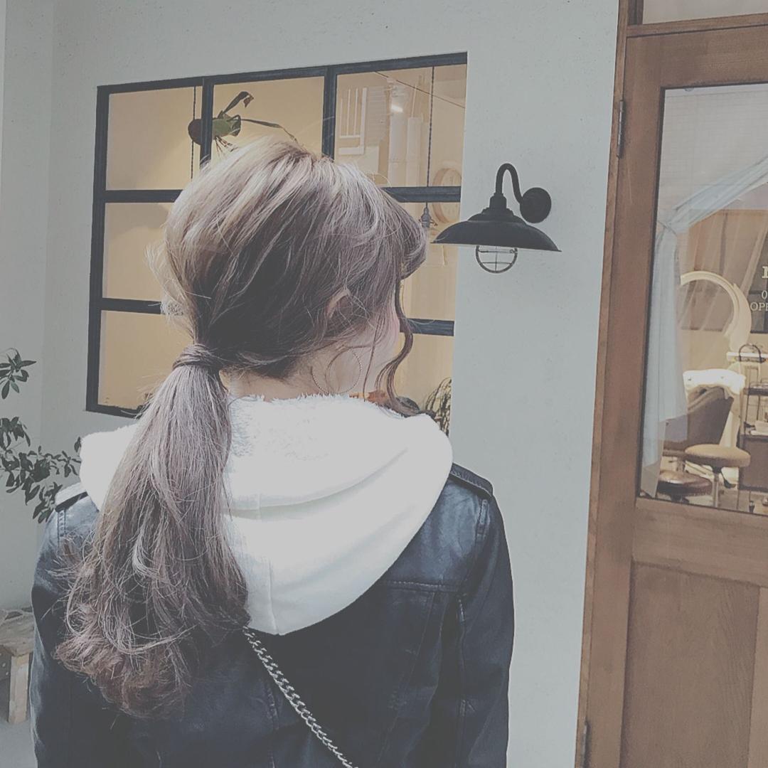 浦川 由起江さんのヘアスタイルの写真。テーマは『ヘアアレンジ、ポニーテール、ローポニー、外国人風カラー、ブルージュ』