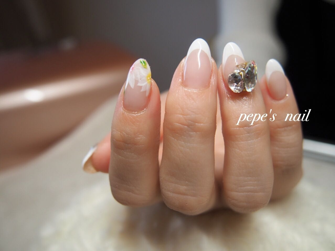 pepe's nailさんのネイルデザインの写真。テーマは『pepesnail、nail、nailart、nailstagram、gelnail、nails、paragel、pregel、handnail、ネイル、ネイルアート、ハンドネイル、冬ネイル、春ネイル、フレンチ、フレンチネイル、スワロフスキー、Vカットストーン、フラワーアート、手描きアート、自宅ネイル、大分市』