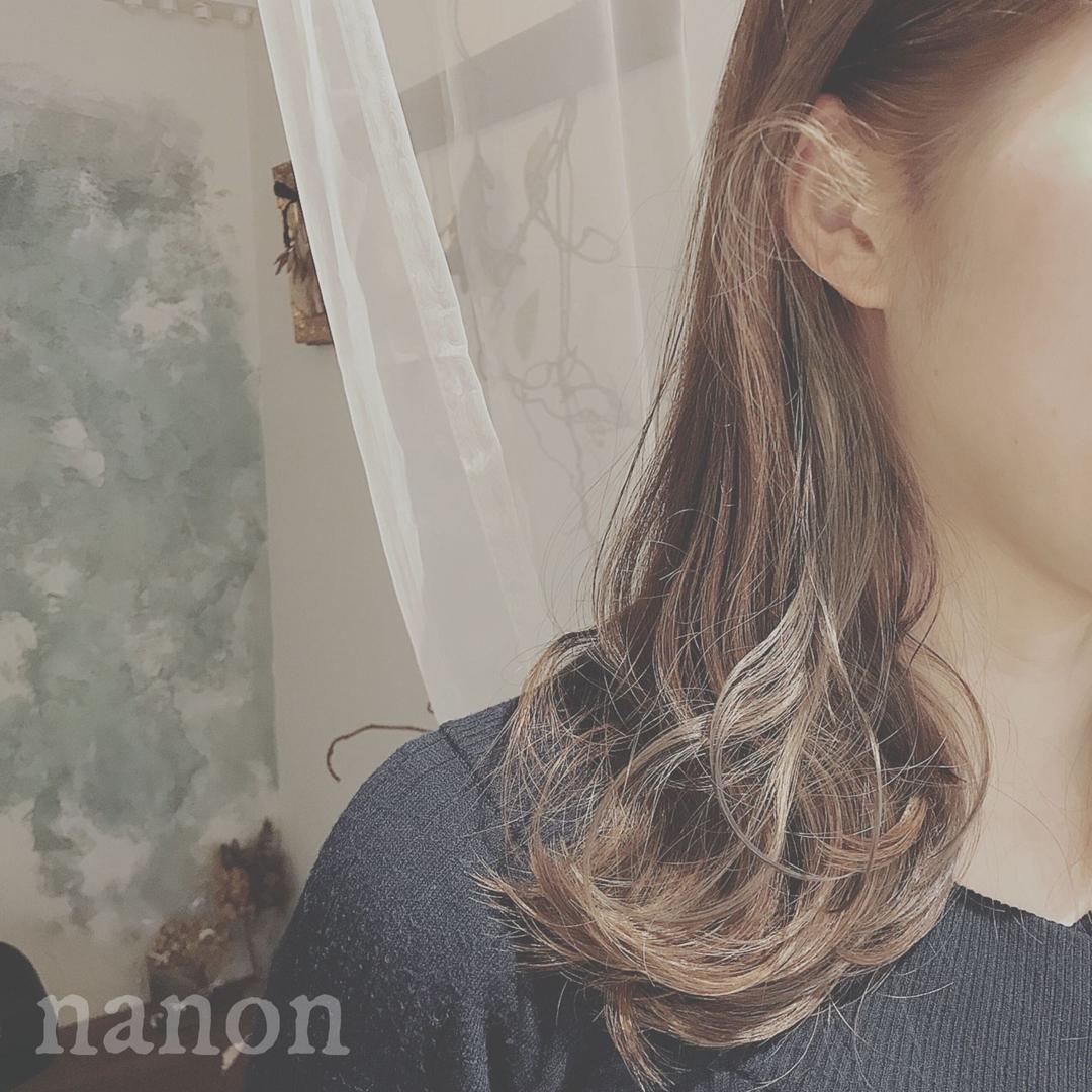 浦川 由起江さんのヘアスタイルの写真。テーマは『インナーカラー、外国人風カラー、ブルージュ、アッシュグレージュ』