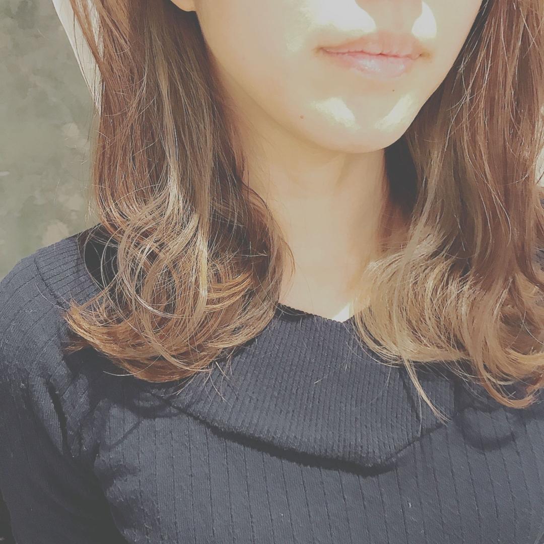 浦川 由起江さんのヘアスタイルの写真。テーマは『インナーカラー、外国人風カラー、アッシュグレージュ、ハイライト』