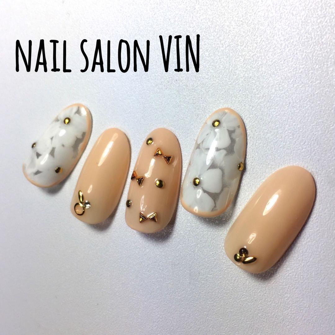 ネイルサロンVIN(ヴィン)さんのネイルデザインの写真。テーマは『gelnail、お客様、冬ネイル、ネイル、ネイルサロン、ネイルデザイン、ネイルブック、鹿児島ネイル、天文館ネイル、新屋敷町、naildesign、nails、nail、nailart、nailartist、nailbook、nailsalon、nailstagram、kagoshima、インスタ、上品ネイル、ベージュ、花柄ネイル、シンプル、ネイルサロンヴィン』