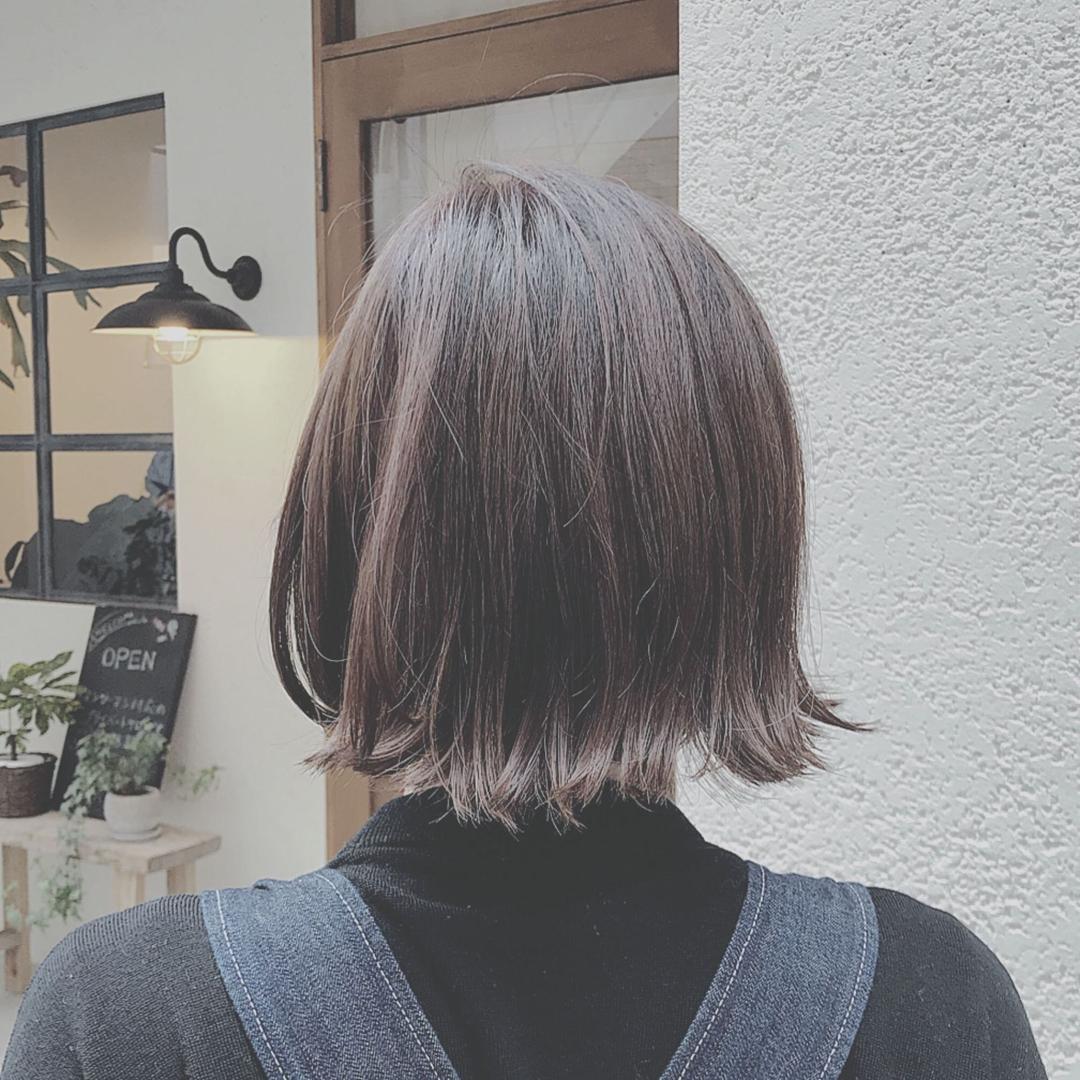 浦川 由起江さんのヘアスタイルの写真。テーマは『暗髪』