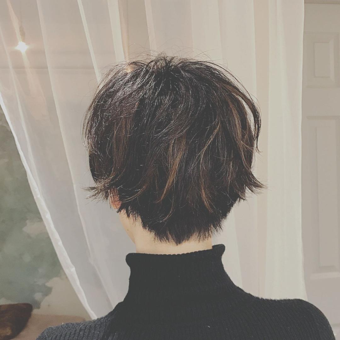 浦川 由起江さんのヘアスタイルの写真。テーマは『ショート、ハイライト』