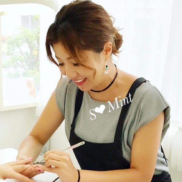 サロンワークをはじめ、幅広く活躍されている美容従事者の中から女性ならではの『仕事に対する考え方』と、『サロン経営』についてインタビューレポート。前回に続き、ゲストは八王子「S mint」のオーナー、大野早紀さん。個人サロンから7名のネイリストが在籍する店舗へと発展した軌跡とは。