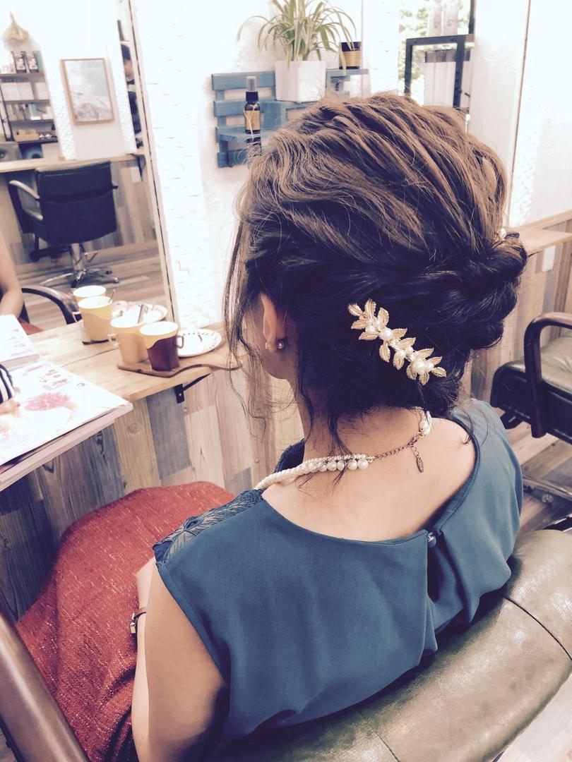 AOIさんのヘアスタイルの写真。テーマは『お呼ばれヘア、編み込みアレンジ、波ウェーブ、和装ヘア、生花、キラキラ女子、大人可愛い』