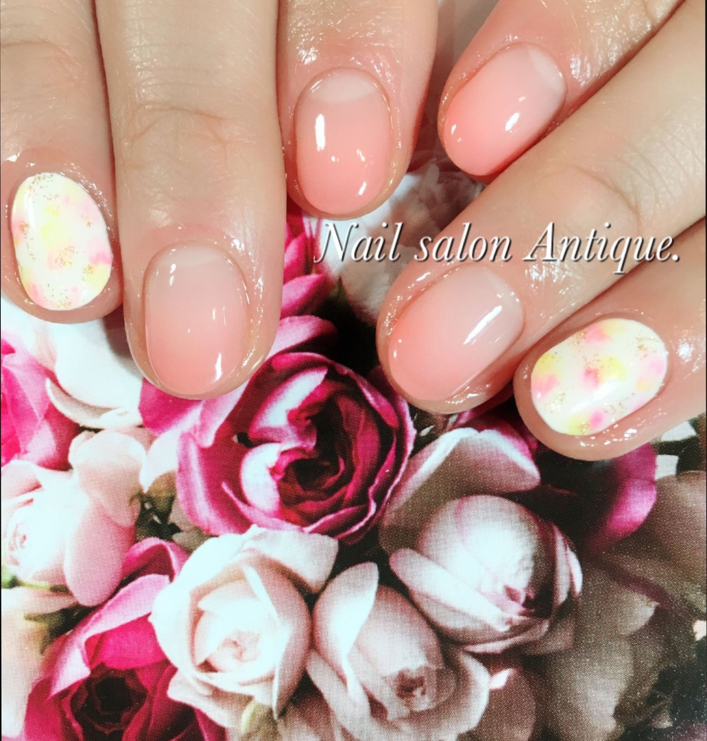 nailsalon Antiqueさんのネイルデザインの写真。テーマは『春ネイル、小花柄、オフィスネイル、新宿、代々木、代々木ネイル、プライベートサロン、ネイル、ジェル、nail、jel、nailstgram、美甲、gelnails、nailart、ジェルネイル、nails、naildesign、ファッション、ネイルサロン、nailsalon、instanail、design、art、シンプル、大人ネイル』