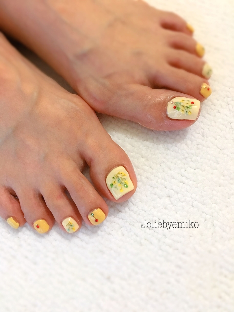 Joliebyemiko_阿倍野_天王寺さんのネイルデザインの写真。テーマは『フットネイル、フラワーネイル、押し花ネイル、アンティークネイル、イエローネイル』