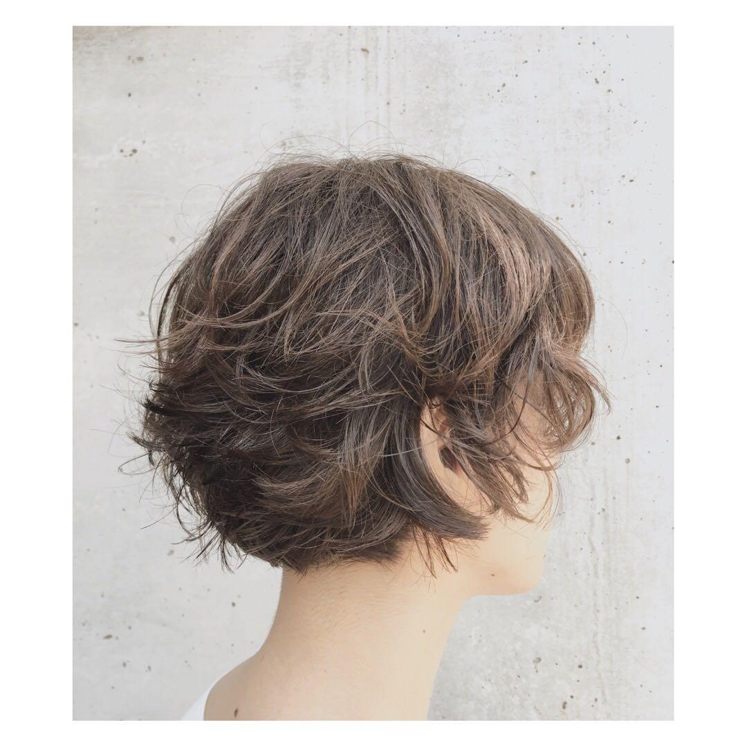 Hiroshiさんのヘアスタイルの写真。テーマは『ショートボブ、表参道美容室、くせ毛風、ヘアカラー』