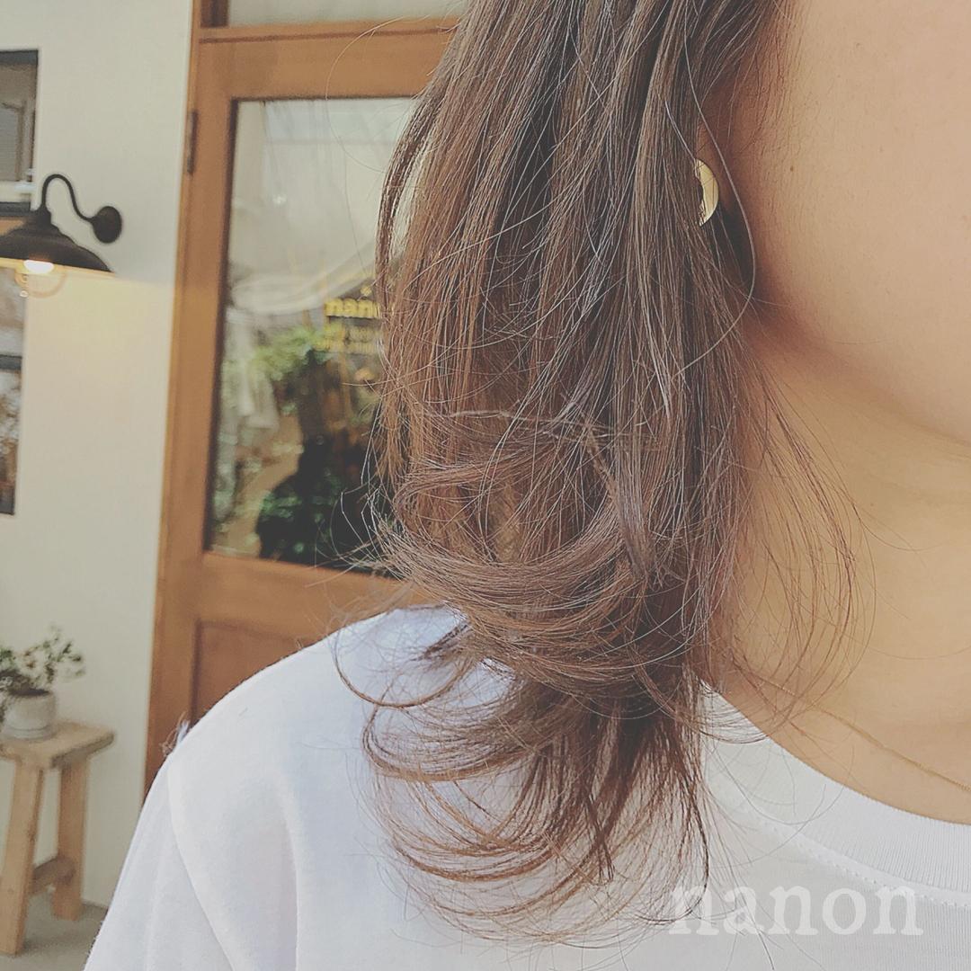 浦川 由起江さんのヘアスタイルの写真。テーマは『アッシュグレージュ、外ハネ、外国人カラー』