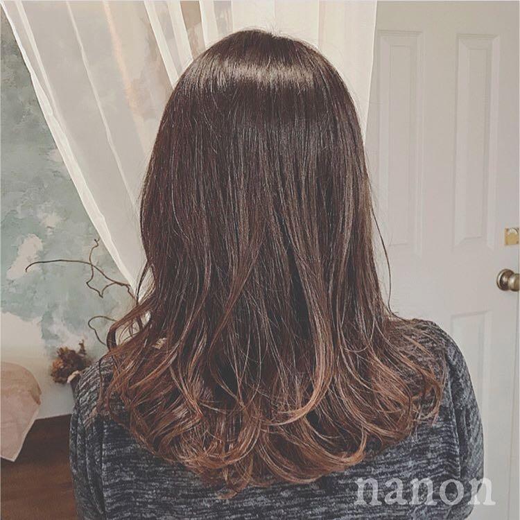 浦川 由起江さんのヘアスタイルの写真。テーマは『グラデーションカラー、ミディ』
