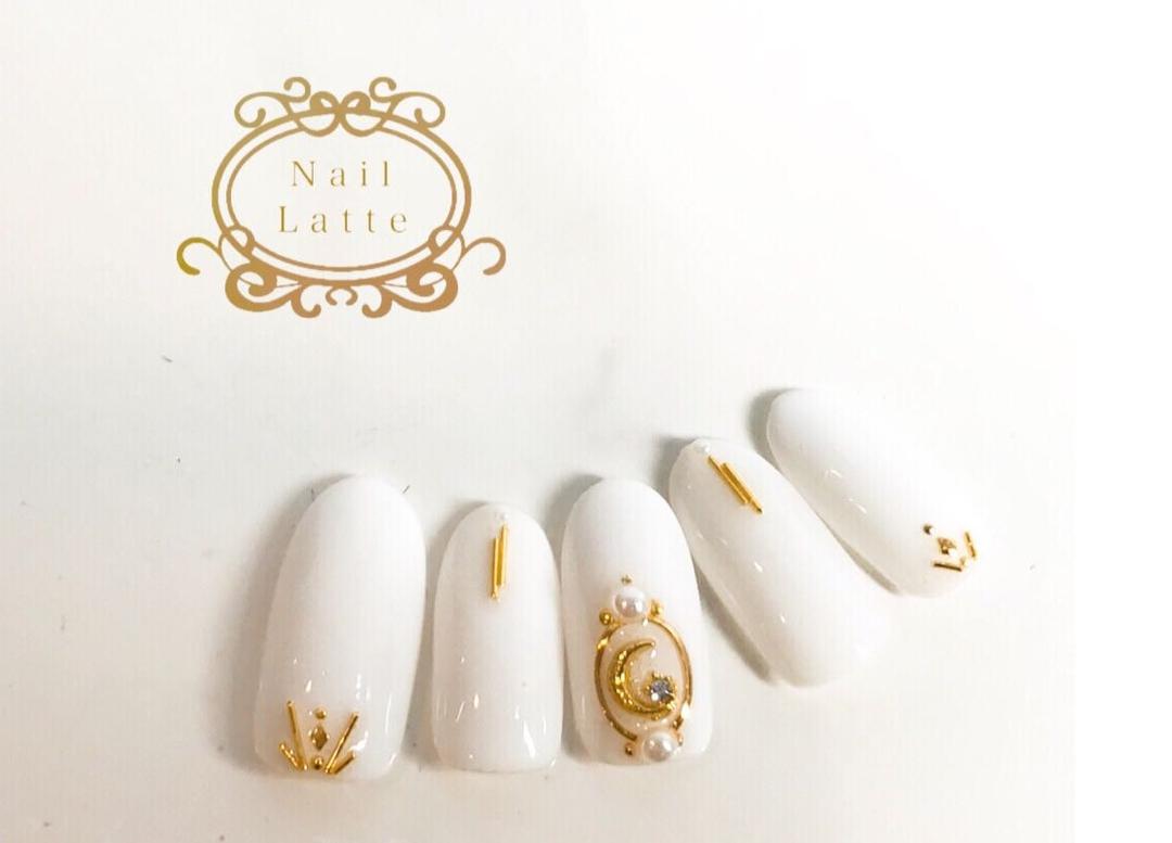 nail_latte_さんのネイルデザインの写真。テーマは『ジェル、ジェルデザイン、ネイル、ネイルデザイン、夏、夏ネイル、夏ネイル2018、ホワイト、ゴールド、沖縄、沖縄ネイルサロン、北谷、北谷ネイルサロン、NailLatte、個人』