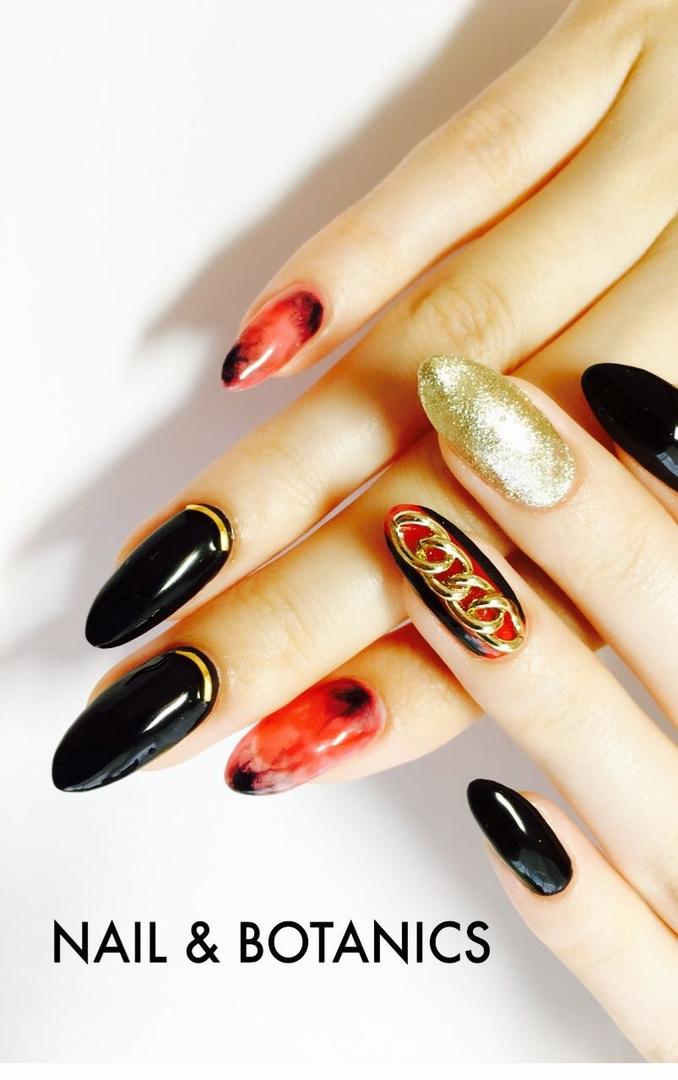 makikoさんのネイルデザインの写真。テーマは『チェーン、カーブスティック、赤ネイル、ブラック、マーブルネイル、ライブ』