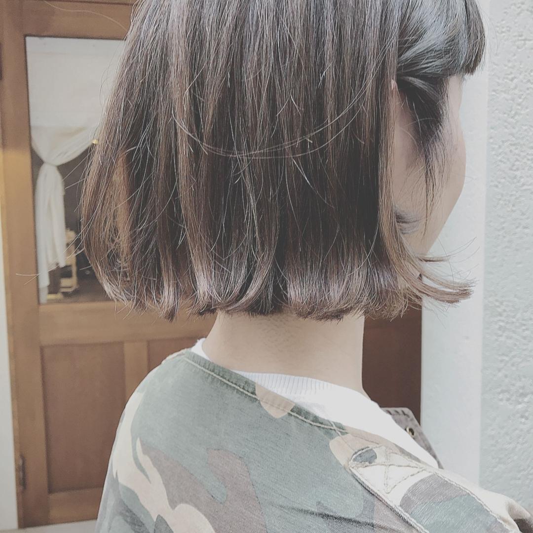 浦川 由起江さんのヘアスタイルの写真。テーマは『切りっぱなし、外国人風カラー、アッシュグレージュ、ハイライト』