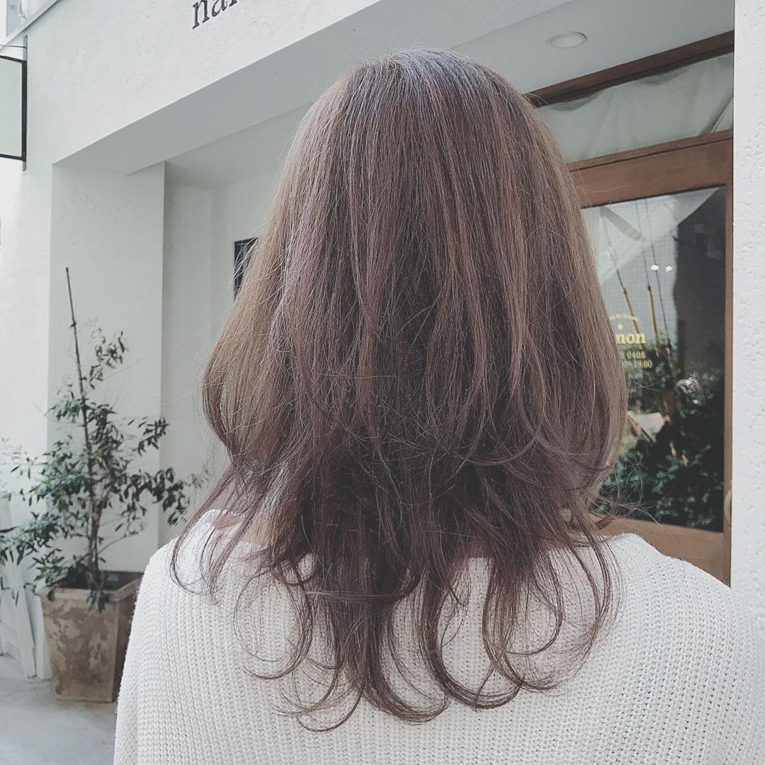 浦川 由起江さんのヘアスタイルの写真。テーマは『アッシュグレージュ、外人風カラー、ハイライト』