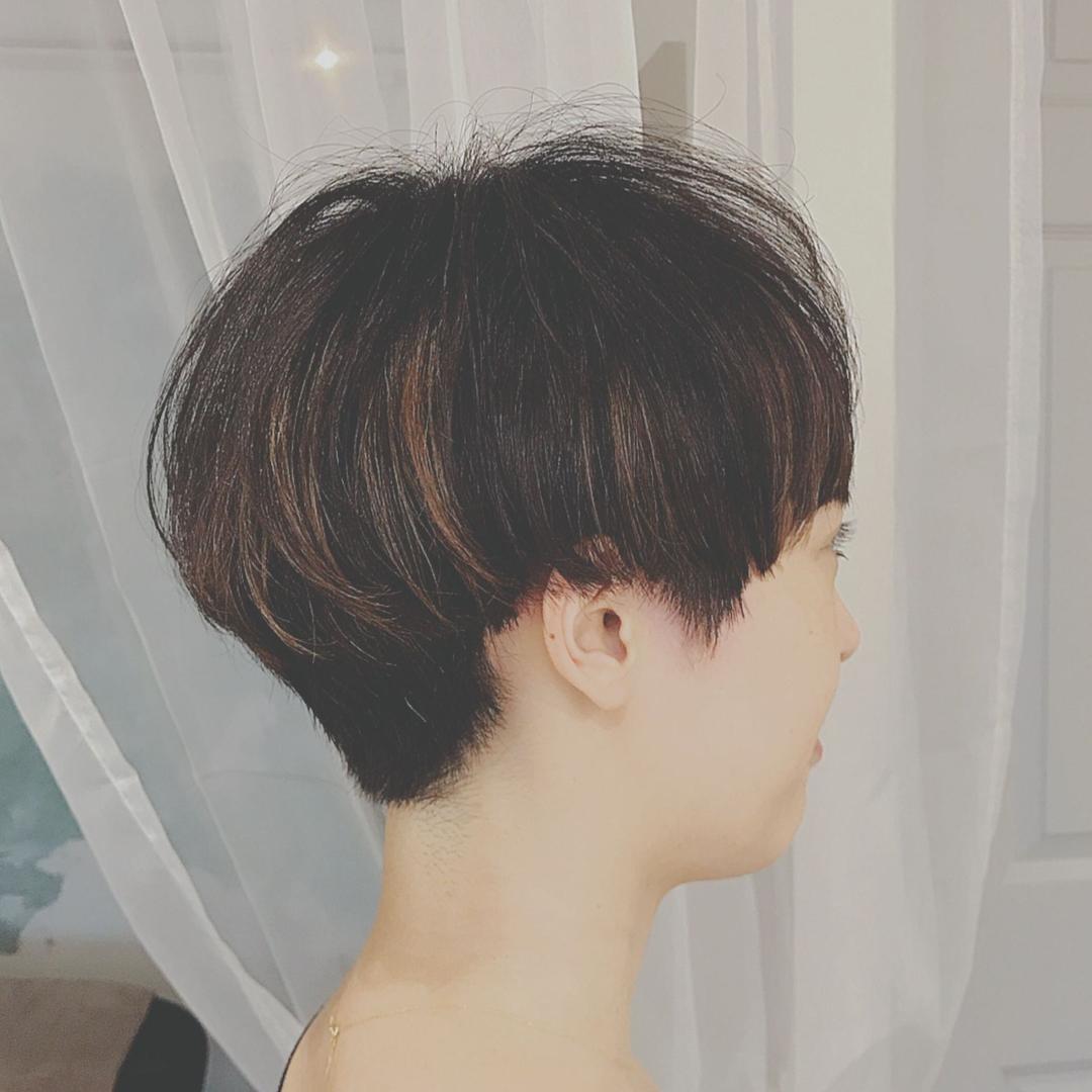 浦川 由起江さんのヘアスタイルの写真。テーマは『ショート、マッシュ、ハイライト』
