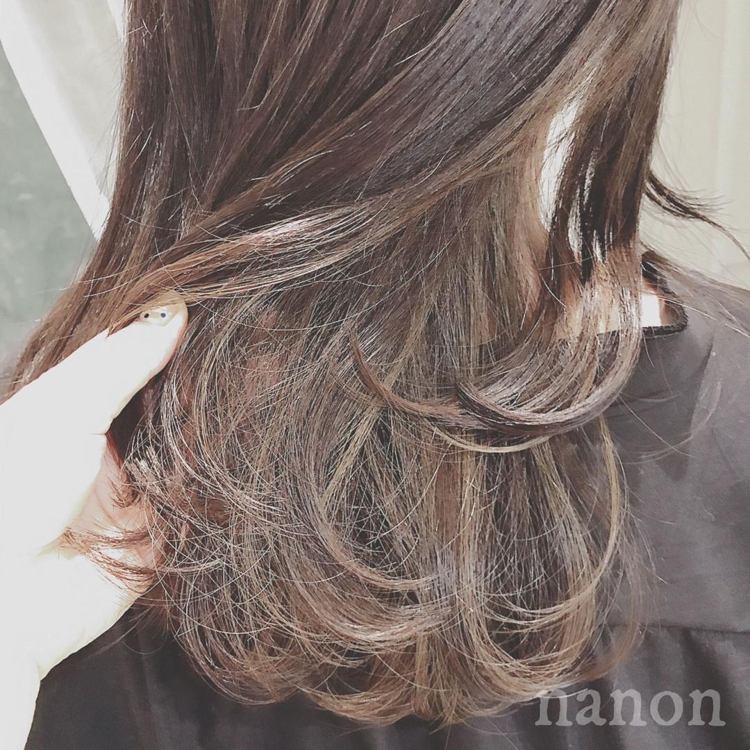 浦川 由起江さんのヘアスタイルの写真。テーマは『インナーカラー、アッシュグレージュ、外国人風カラー』