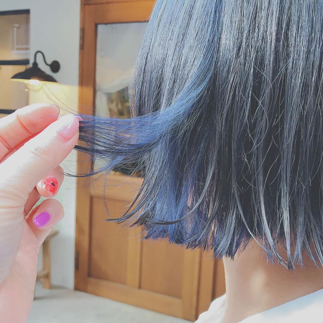 浦川 由起江さんのヘアスタイルの写真。テーマは『ブルー、デザインカラー、切りっぱなしボブ、スペクトラムカラーズ』