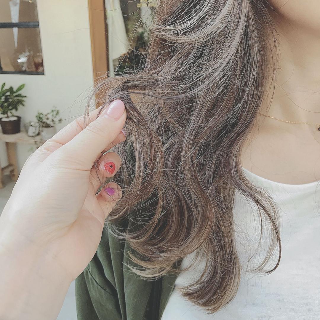 浦川 由起江さんのヘアスタイルの写真。テーマは『ハイライト、外国人風カラー、アッシュグレージュ』