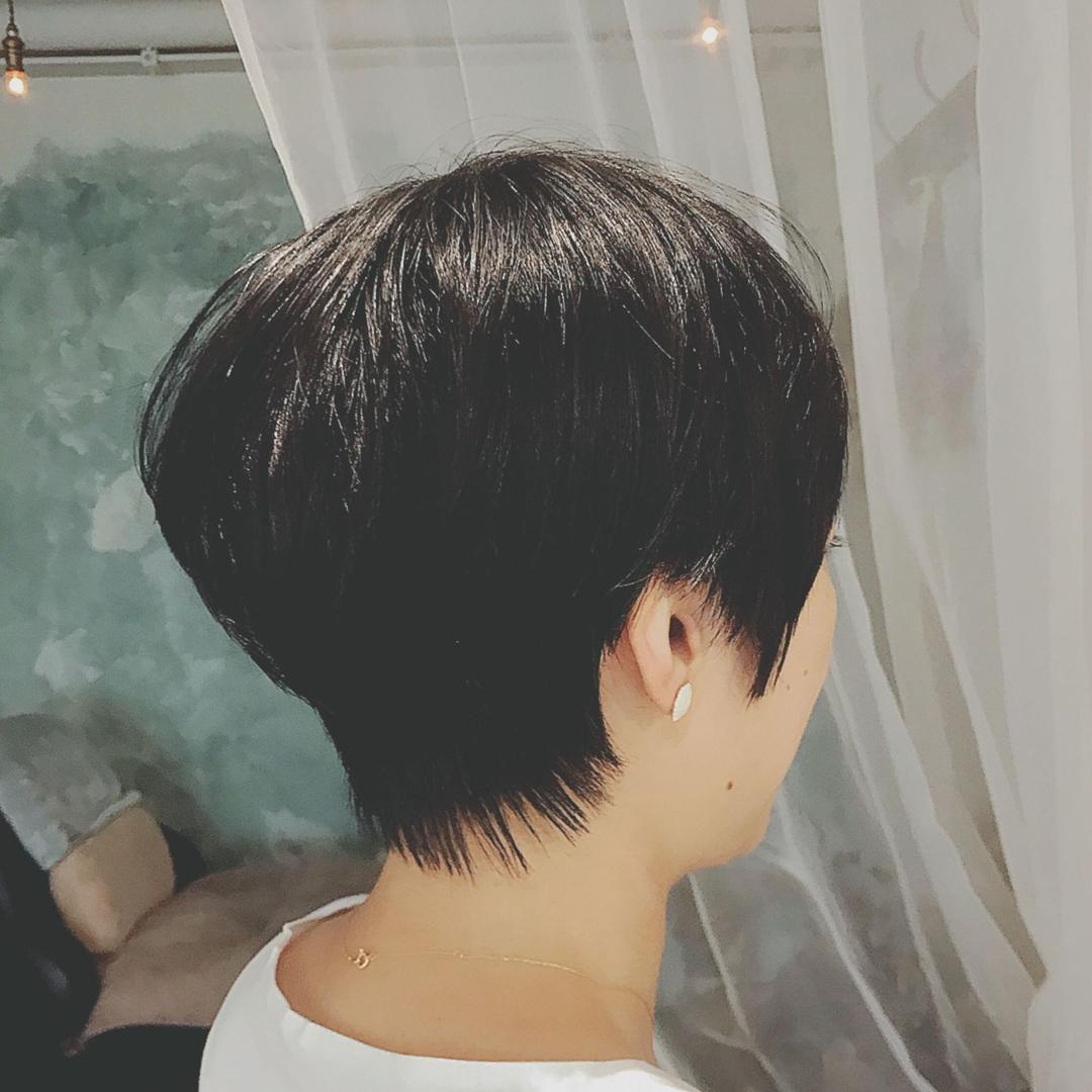 浦川 由起江さんのヘアスタイルの写真。テーマは『黒髪ショート、ショート、プライベートサロン』