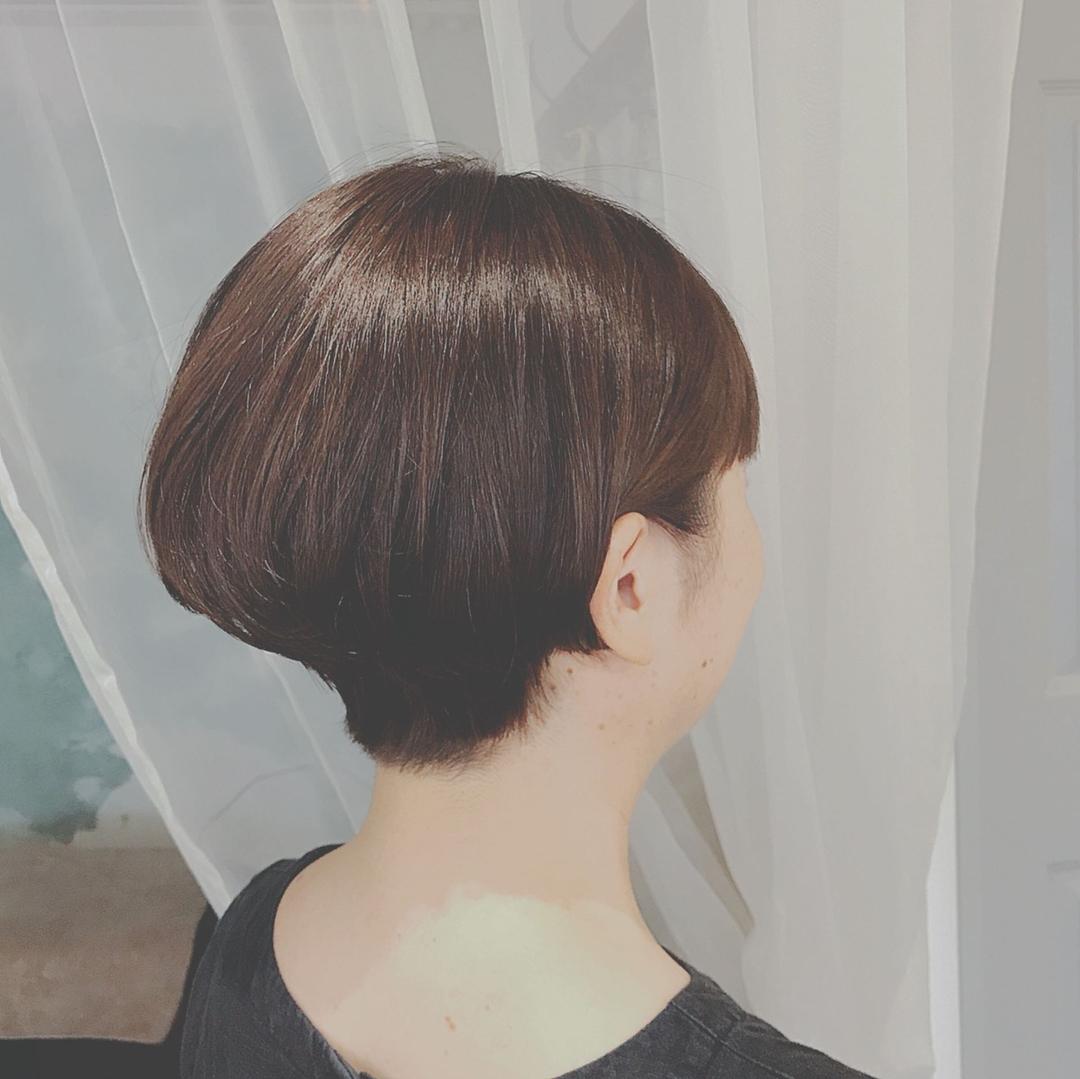 浦川 由起江さんのヘアスタイルの写真。テーマは『耳掛け、ショート、ショートボブ』
