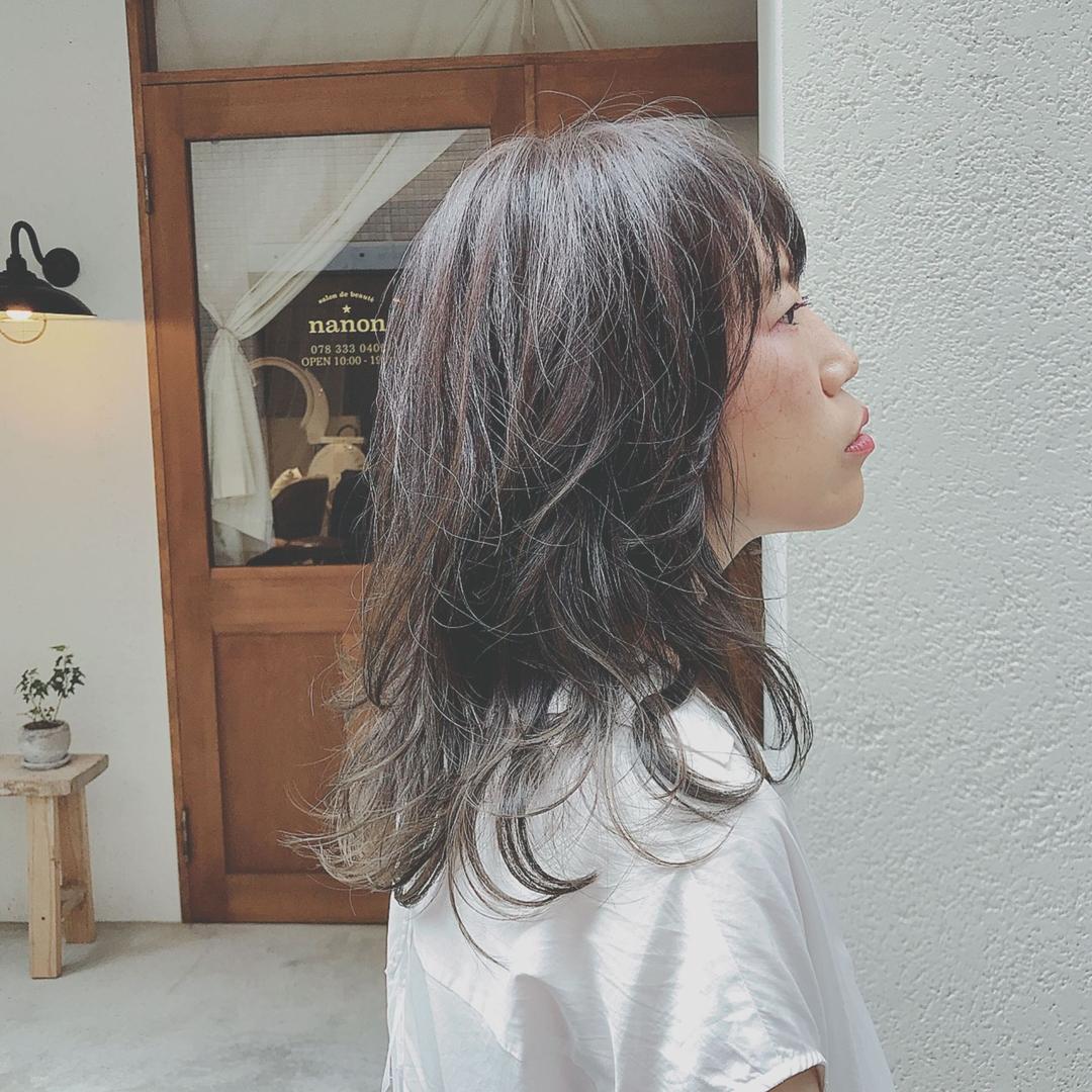 浦川 由起江さんのヘアスタイルの写真。テーマは『グレージュ、ネオウルフ、ミディアム、外国人風カラー、アッシュグレージュ』
