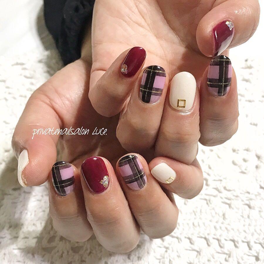 private nail salon Luce.さんのネイルデザインの写真。テーマは『チェック柄、ボルドー、オーダー、受付開始、nail、nailist、gel、gelnail、nailchip、秋、冬、秋ネイル、冬ネイル、ワンカラー、チェック、バーガンディ、ワインレッド、紫、大人ネイル、大人可愛い、オーダーネイル、ラクマ、メルカリ、ショッピーズ、販売中、Luce.』