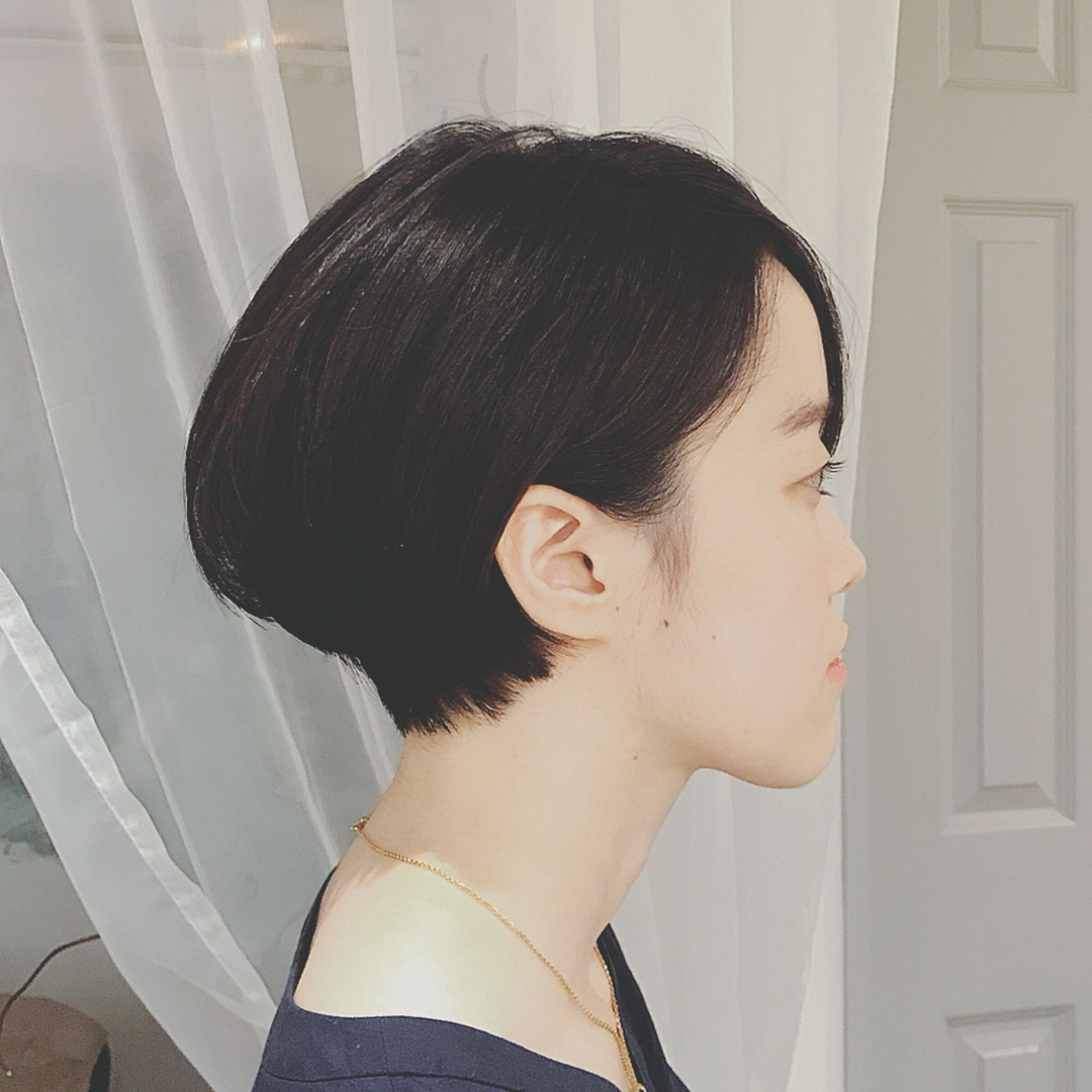 浦川 由起江さんのヘアスタイルの写真。テーマは『ショート、耳掛けショートボブ、黒髪』