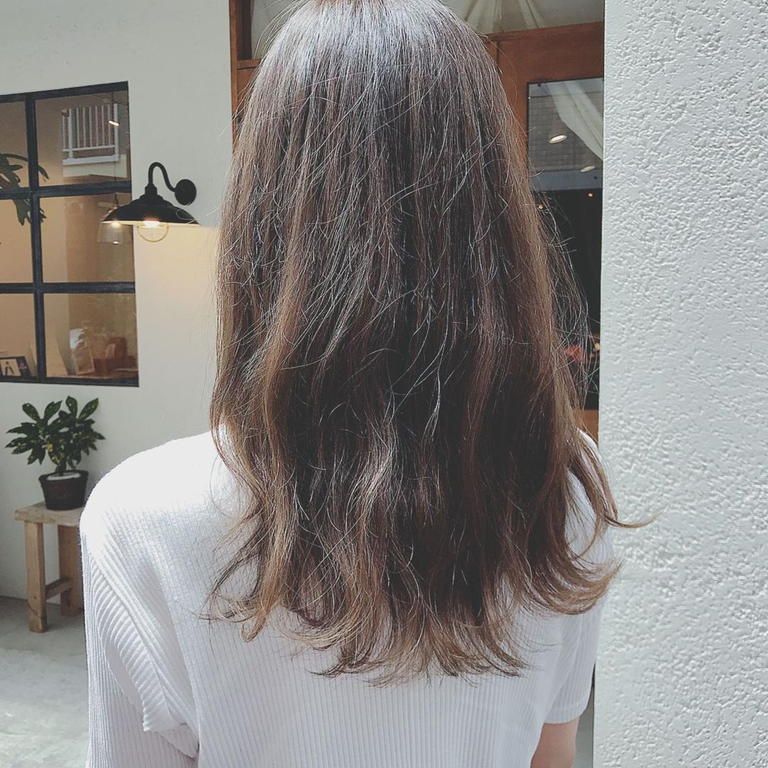 浦川 由起江さんのヘアスタイルの写真。テーマは『ロングヘア、ハイライト、外国人風カラー、アッシュグレージュ』