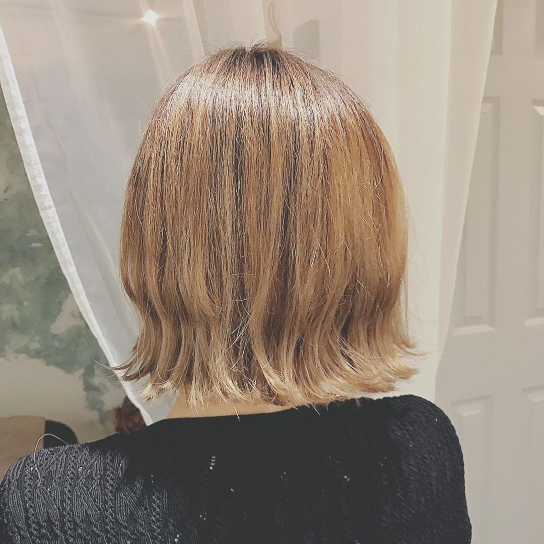 浦川 由起江さんのヘアスタイルの写真。テーマは『外国人風カラー、ファイバープレックス、ケアブリーチ、切りっぱなし、ハニーベージュ』