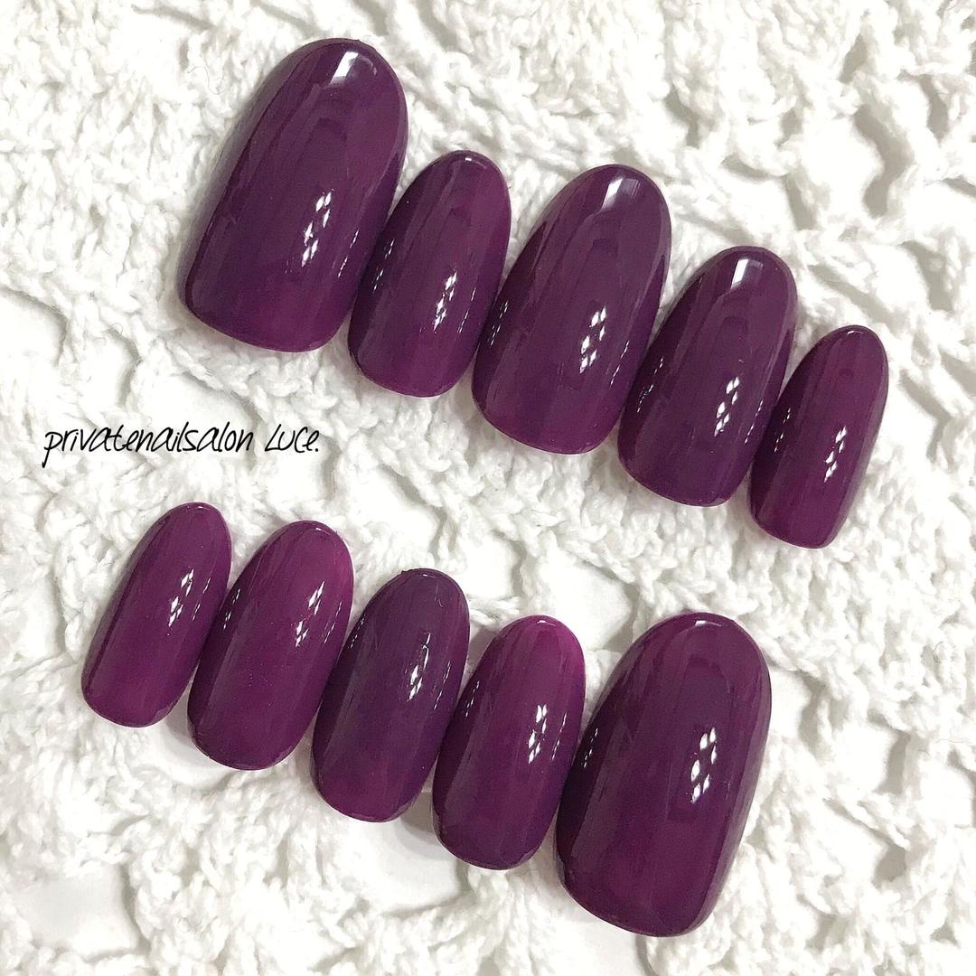 privatenailsalon Luce.さんのネイルデザインの写真。テーマは『ラクマ、ネイルチップ、nail、nailist、gel、gelnail、nailchip、秋、冬、秋ネイル、冬ネイル、シンプル、ワンカラー、ダークカラー、purple、紫、大人ネイル、大人可愛い、💅🏼、オーダーネイル、メルカリ、ショッピーズ、販売中、Luce.』