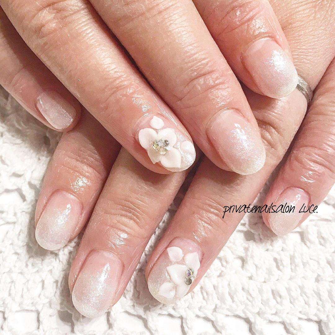 private nail salon Luce.さんのネイルデザインの写真。テーマは『ネイル、ジェルネイル、nail、nailart、💅、nailist、大人ネイル、大人可愛い、パールカラー、グラデーション、3D、薔薇、ストーン、きらきら、艶、美爪、お客様ネイル、Nailbook、tredina、nailistagram、奈良、🏡、自宅サロン、お家ネイル、Luce.』