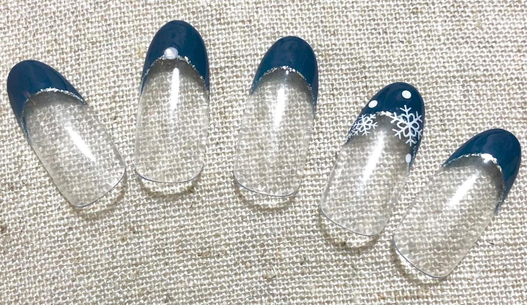 Half moon Nailさんのネイルデザインの写真。テーマは『フレンチネイル、冬ネイル、シンプル、オフィスネイル、ネイビー、雪の結晶』