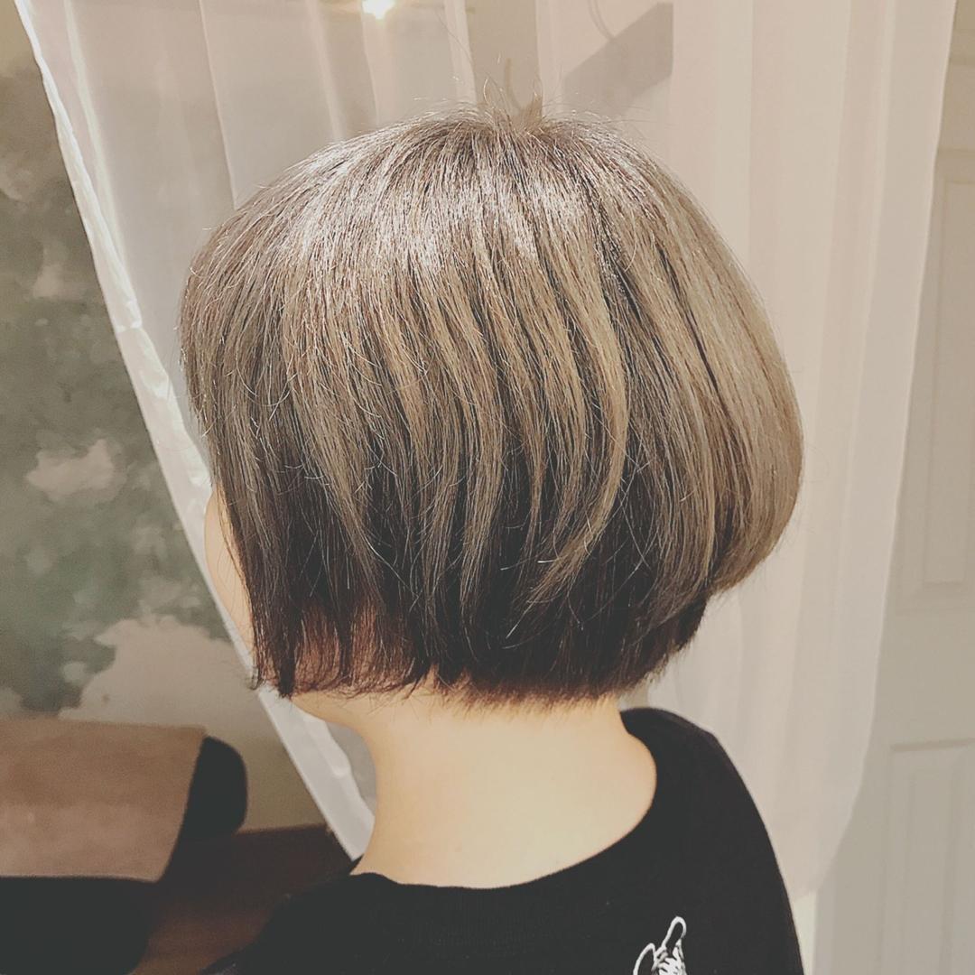 浦川 由起江さんのヘアスタイルの写真。テーマは『ツートンカラー、ブリーチカラー、シルバー、外国人風カラー、グレーカラー、ファイバープレックス』
