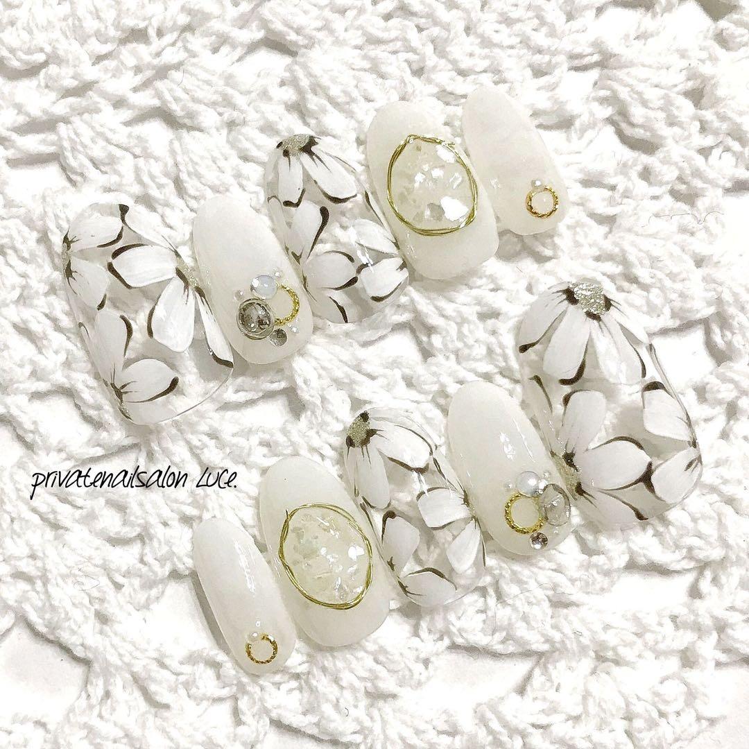private nail salon Luce.さんのネイルデザインの写真。テーマは『白、冬、お花、デザイン💐、メルカリ、ネイルチップ、nail、nailist、gel、gelnail、nailchip、冬ネイル、冬デザイン、winter、花、モテネイル、ワイヤーネイル、シェル、ビジューネイル、クリアネイル、💅🏻、オーダーネイル、ラクマ、ショッピーズ、販売中、Luce.』