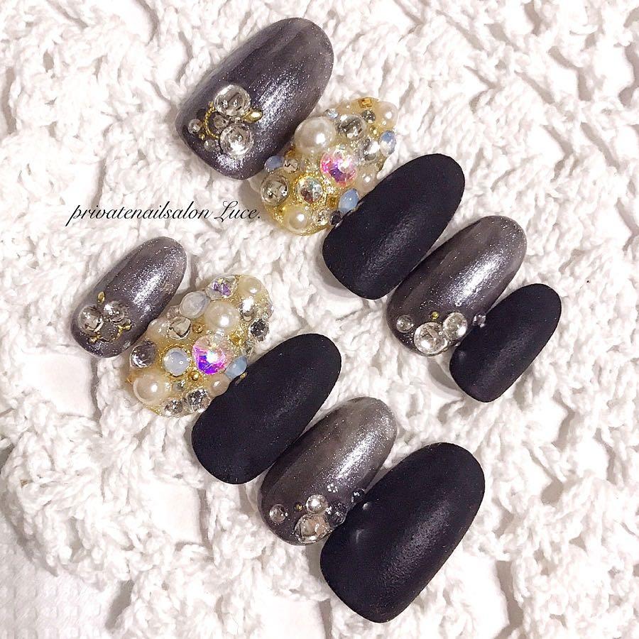 privatenailsalon Luce.さんのネイルデザインの写真。テーマは『シンプル、埋め尽くしネイル、大人かっこいい、ネイルチップ、オーダー、受付開始、nail、nailist、gel、gelnail、nailchip、ワンカラー、パールカラー、マットネイル、ストーン、黒、black、大人ネイル、💅🏻、オーダーネイル、ラクマ、メルカリ、ショッピーズ、販売中、Luce.』