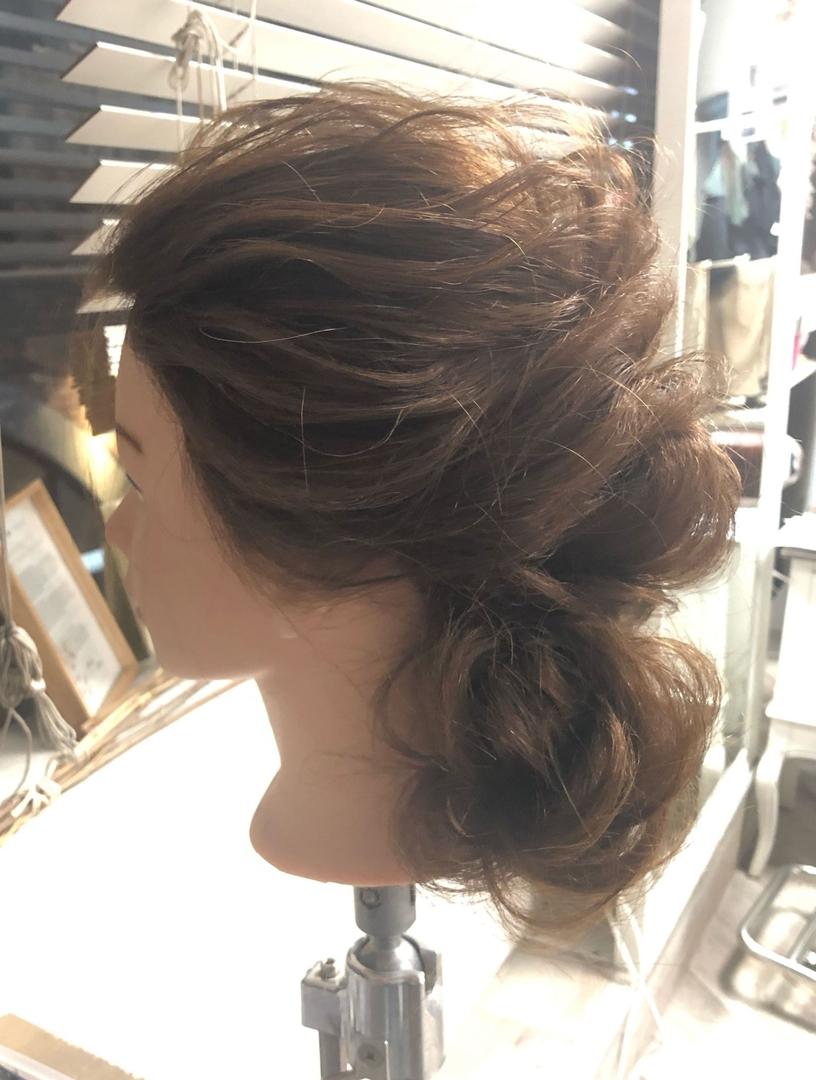 ryosukeさんのヘアスタイルの写真。テーマは『編みおろし、編み込み、梅田、簡単ヘアアレンジ、グレーアッシュ、デザインカラー』
