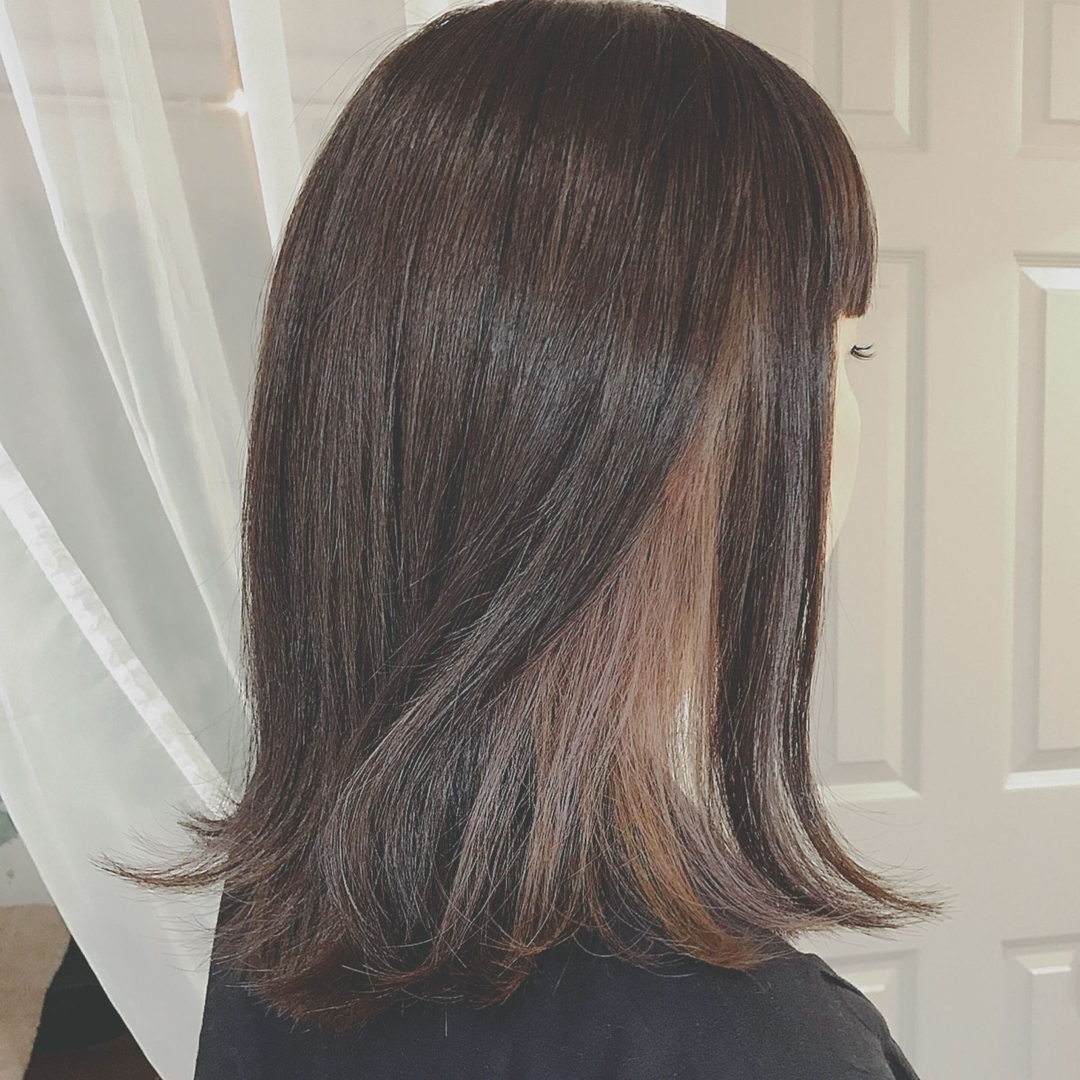 浦川 由起江さんのヘアスタイルの写真。テーマは『インナーカラー、パープル、切りっぱなし、外ハネ、プライベートサロン』