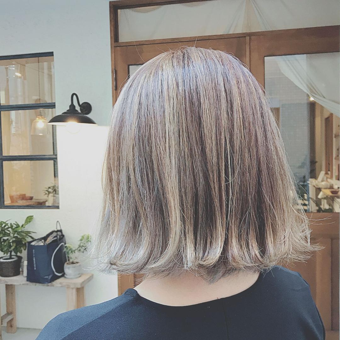 浦川 由起江さんのヘアスタイルの写真。テーマは『アッシュグレージュ、外国人風カラー、切りっぱなし、外ハネ、ブリーチカラー、ファイバープレックス、プライベートサロン』