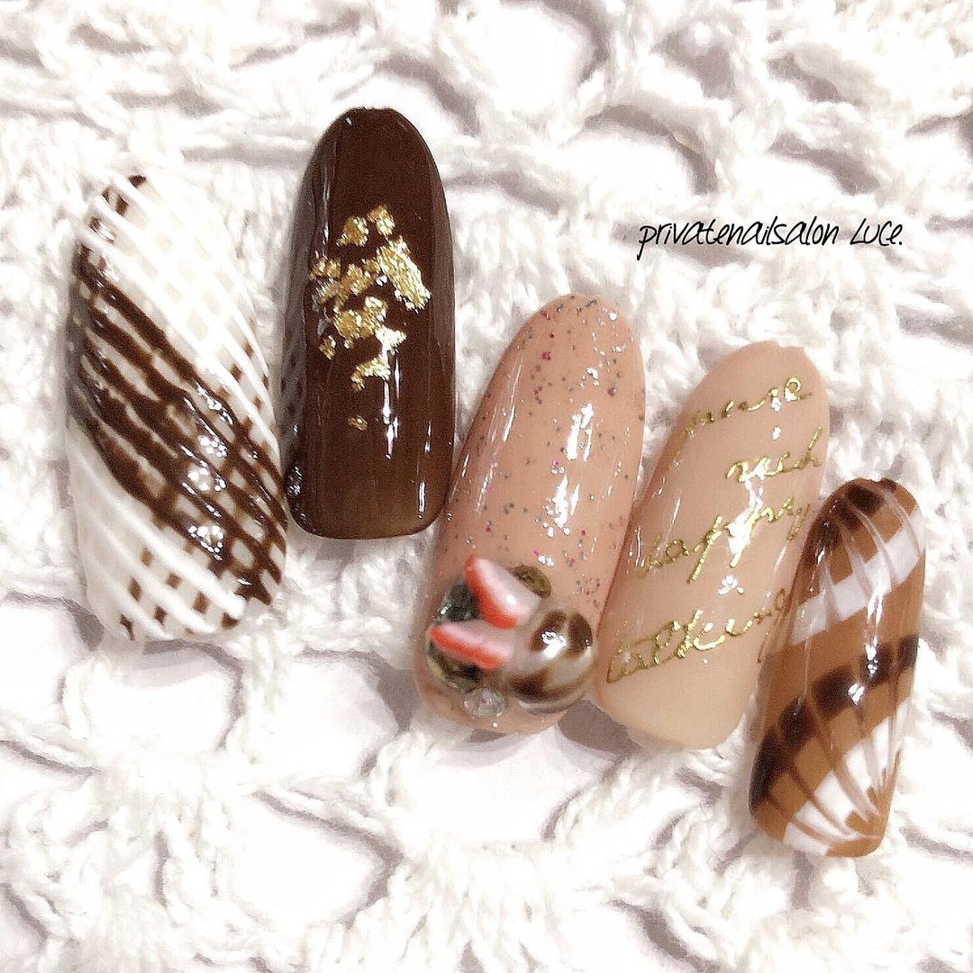 private nail salon Luce.さんのネイルデザインの写真。テーマは『バレンタイン、nail、nailist、gel、gelnail、nailchip、モテネイル、ガーリー、Valentine、チョコレート、お菓子、いちご、🍓、紗々、アイシングネイル、ピーコック、オーダーネイル、ラクマ、メルカリ、ショッピーズ、販売中』