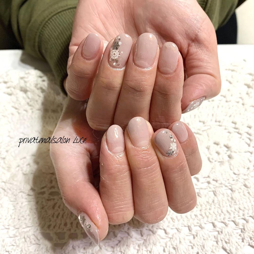 privatenailsalon Luce.さんのネイルデザインの写真。テーマは『💅🏻、nail、nailist、gel、gelnail、nailistagram、instanail、お客様ネイル、大人可愛い、大人ネイル、グレージュ、おまかせネイル、グラデーション、雪の結晶、シンプルネイル、艶、美爪、Nailbook、tredina、🏡、奈良、自宅サロン、お家ネイル、Luce.』