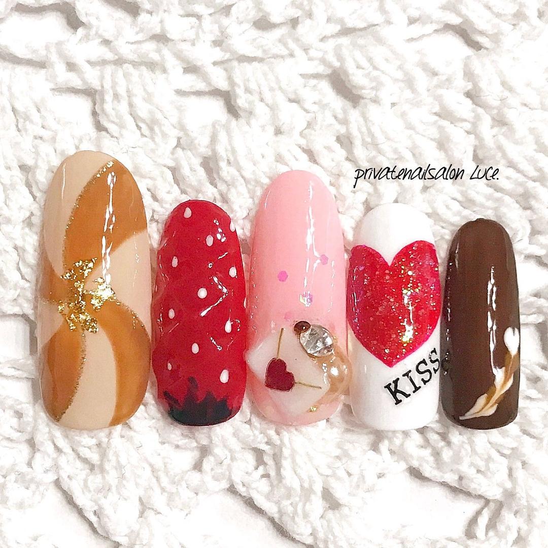 private nail salon Luce.さんのネイルデザインの写真。テーマは『バレンタイン、nail、nailist、gel、gelnail、nailchip、ラメ、モテネイル、ガーリー、Valentine、金箔、苺、フルーツ、チョコレート、お菓子、ピーコック、ラブレター、手作りパーツ、オーダーネイル、ラクマ、メルカリ、ショッピーズ、販売中、Luce.』