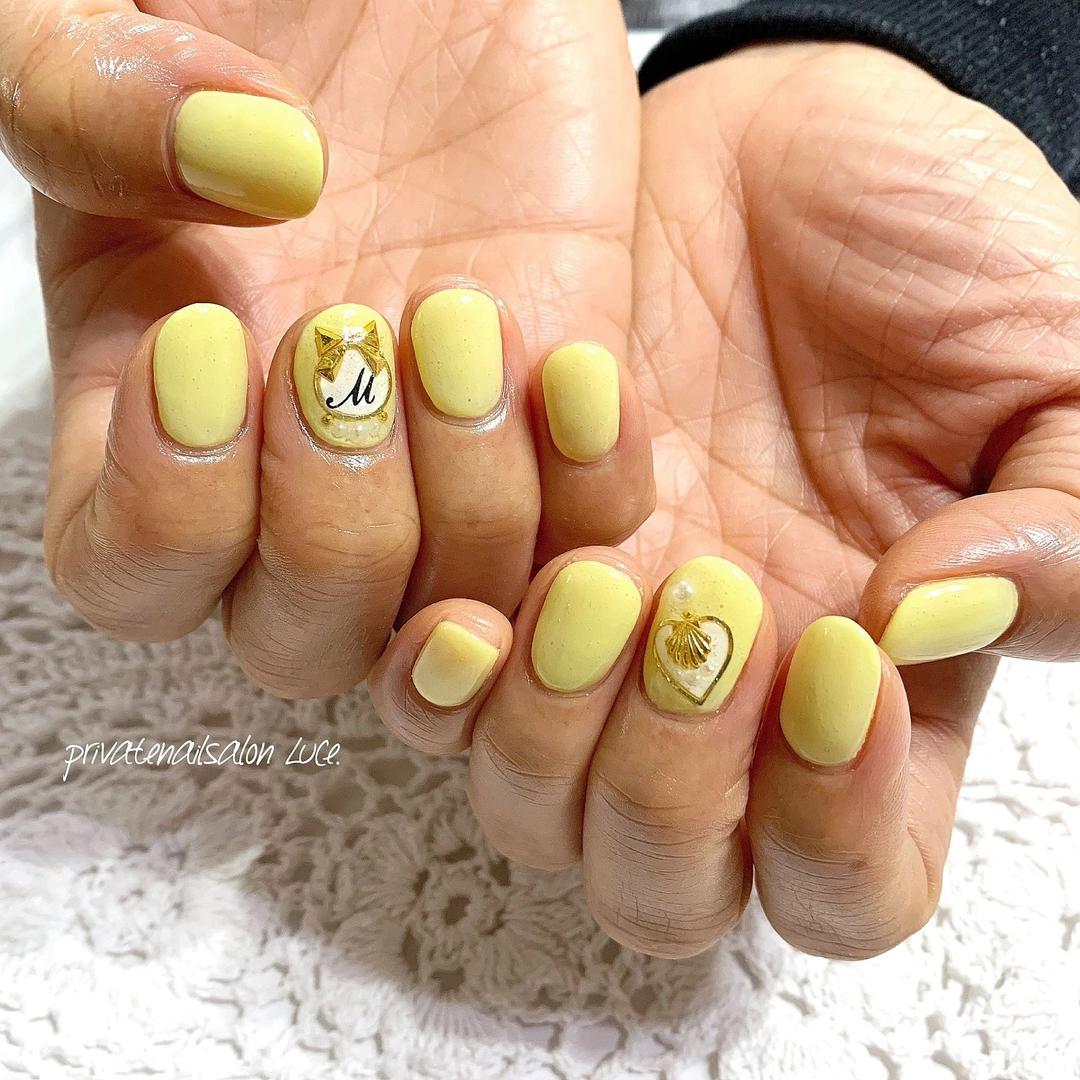 private nail salon Luce.さんのネイルデザインの写真。テーマは『ネイル、ジェルネイル、nail、nailart、nailist、大人ネイル、大人可愛い、シンプル、ワンカラー、パステル、パステルカラー、yellow、kawaii、ブローチネイル、香水瓶、イニシャル、美爪、艶、お客様ネイル、Nailbook、tredina、nailistagram、奈良、🏡、自宅サロン、お家ネイル、Luce.』