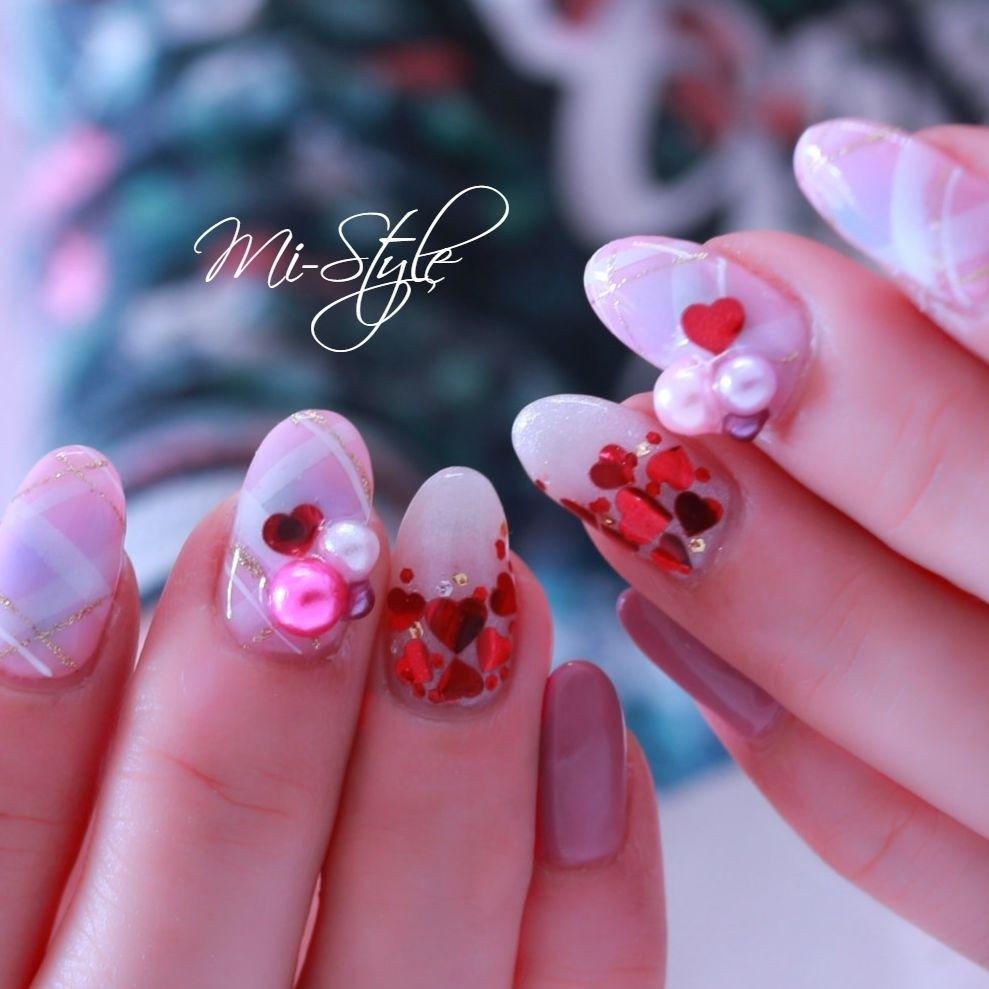Mieko Hiramatsuさんのネイルデザインの写真。テーマは『バレンタインネイル、ハートホロ、ベージュネイル、大人可愛い、チェックネイル』