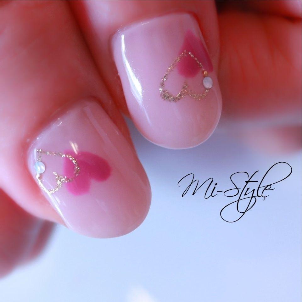 Mieko Hiramatsuさんのネイルデザインの写真。テーマは『バレンタインネイル、ハートホロ、ベージュネイル、大人可愛い』