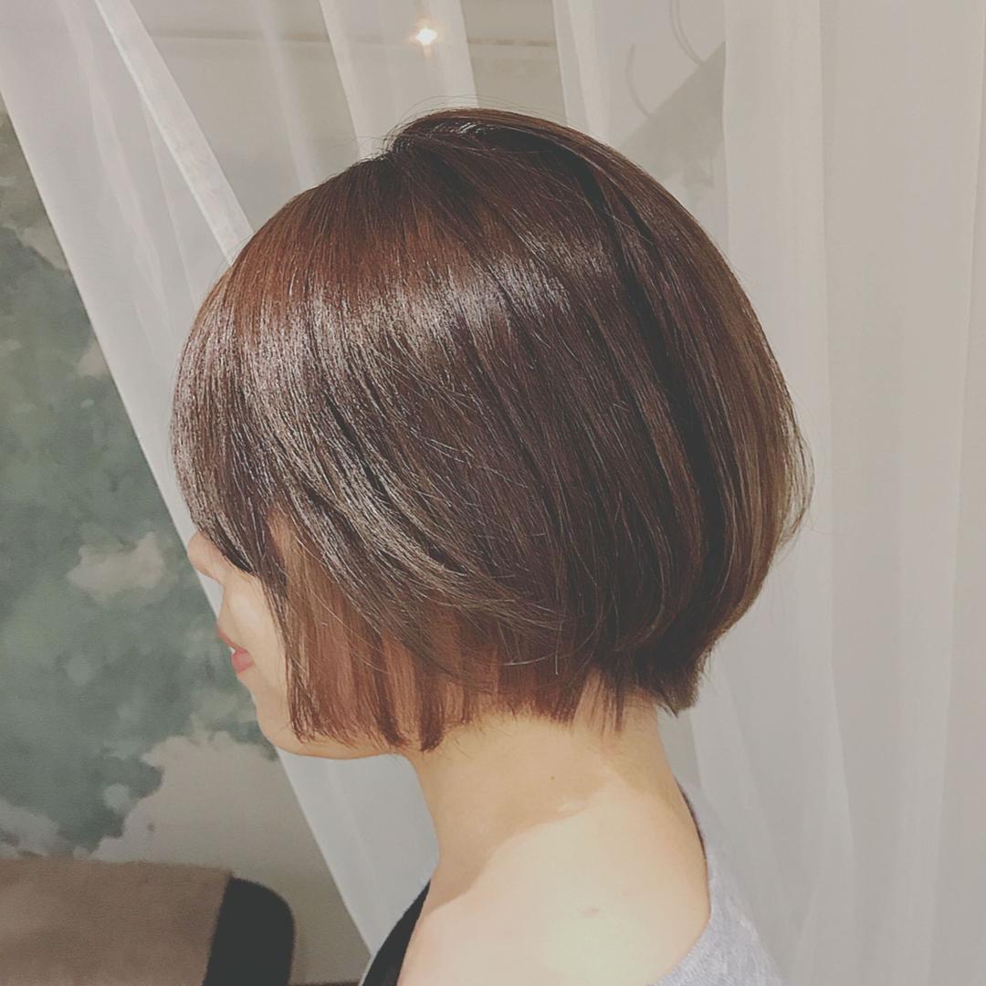 浦川 由起江さんのヘアスタイルの写真。テーマは『ショートボブ、インナーカラー、ブリーチ、スロウカラー、アッシュグレージュ、プライベートサロン、nanon』