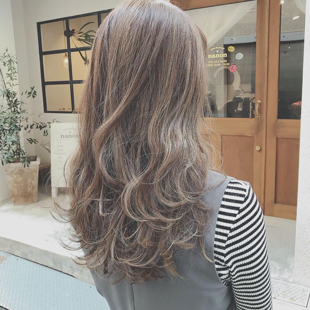 浦川 由起江さんのヘアスタイルの写真。テーマは『ハイライト、アッシュグレー、外国人風カラー、ロングヘア、プライベートサロン、nanon、ファイバープレックス、スロウカラー、グレージュ』