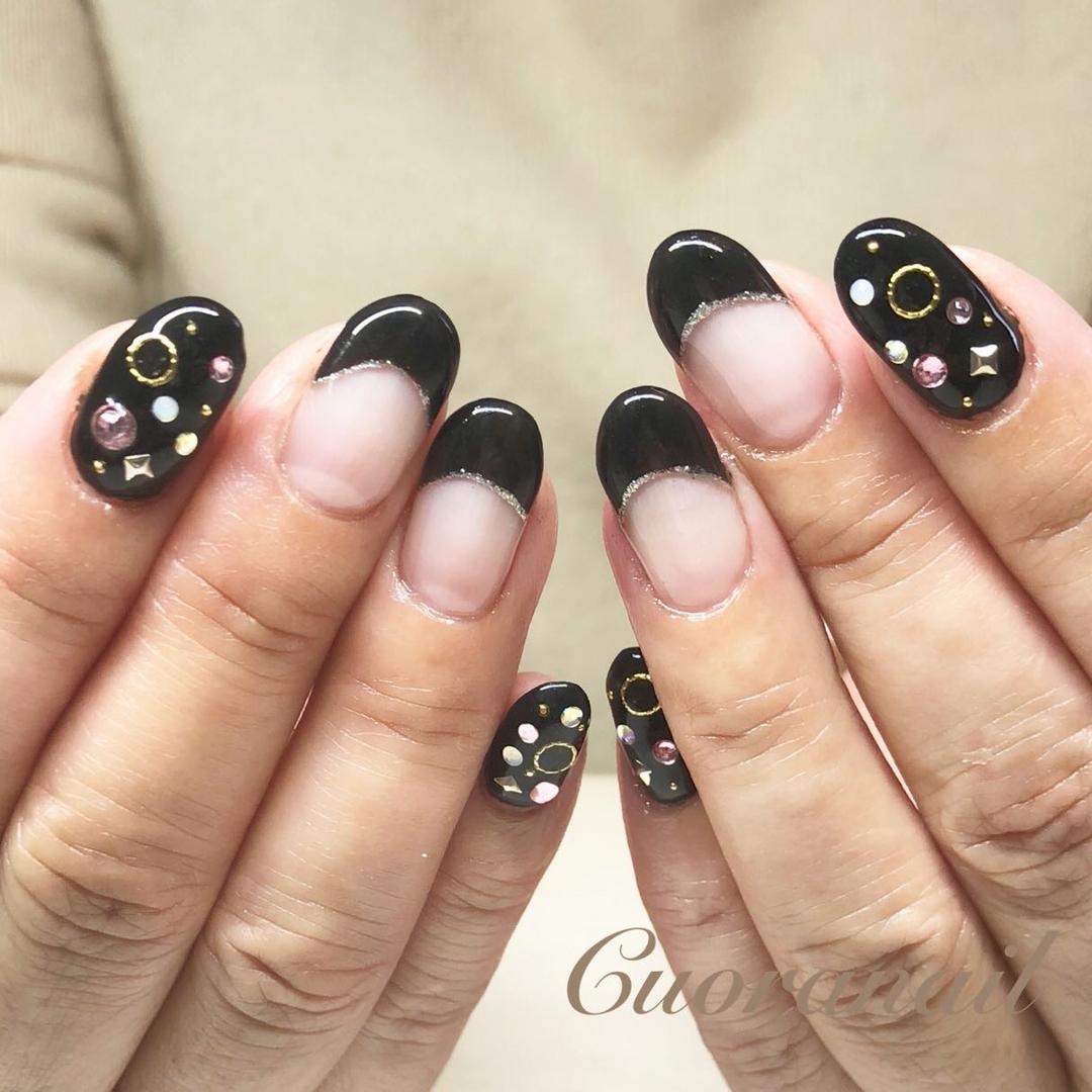 Cuoranailさんのネイルデザインの写真。テーマは『maogelメリー、黒フレンチ、ラメライン、maogel、限定色、スワロフスキー、埋めつくしネイル、ネイル、ネイルデザイン、ネイルアート、おしゃれネイル、フィルイン、nail、nails、nailstagram、naildesign、nailart、帯広ネイルサロン、帯広ネイル、帯広、クオーラネイル、札内、幕別、音更、音更ネイルサロン、maogel導入サロン、maogel導入サロン帯広』