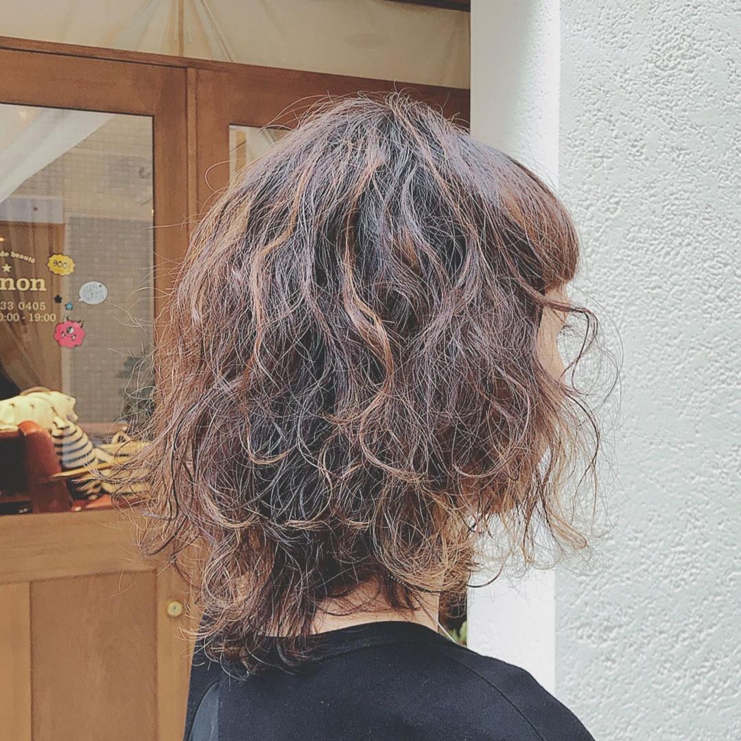 浦川 由起江さんのヘアスタイルの写真。テーマは『ハードパーマ、スパイラルパーマ、ハイライト、プライベートサロン、nanon、個性派』
