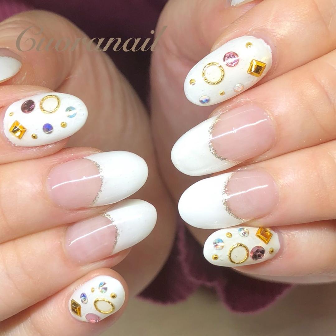 Cuoranailさんのネイルデザインの写真。テーマは『白フレンチネイル、定額デザイン、ラメライン、キラキラ、ネイル、ネイルデザイン、ネイルアート、nail、nails、nailstagram、naildesign、nailart、帯広ネイルサロン、帯広ネイル、帯広、クオーラネイル、札内、幕別、音更、音更ネイルサロン、十勝、北海道、tokachi、hokkaido、おしゃれネイル、スワロフスキー、swarovski、ウエディングネイル、白フレンチ、フレンチネイル』